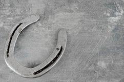 Pferdeartig sie mit altem, abgenutztem Hufeisen auf einem verkratzten und geschädigten Stahlhintergrund Viele Beschaffenheit mit  lizenzfreies stockfoto