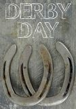 Pferdeartig sie mit den alten, abgenutzten Hufeisen auf einem verkratzten und geschädigten Stahlhintergrund Viele Beschaffenheit  stockfotografie