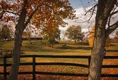 Pferdebauernhof im Herbst Stockfotos
