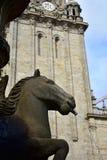 Pferdebrunnen Nahaufnahme und Glockenturm PlaterÃas-Quadrat, Kathedrale Santiago de Compostela, Spanien stockfotografie