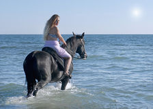 Pferdefrau im Meer Stockfoto
