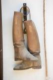 Pferdehintere Reiterstiefel auf Wand Lizenzfreies Stockfoto