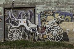 Pferdekutsche gegen eine Wand stockbild