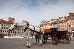 Pferdekutsche vor der alten Stadt in Warschau, Polen lizenzfreies stockfoto