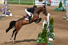 Pferden-Mitfahrer an der Bromont springenden Konkurrenz Stockfotografie