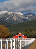 Pferden-Ranch und Berge Stockfotografie