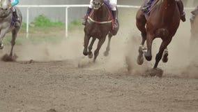 Pferdereiter an der Wende der Rennbahn Langsame Bewegung stock footage