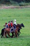 Pferdereiter - Männer und Frau - an der historischen Wiederinkraftsetzung Borodino-Kampfes in Russland Stockfotografie