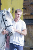 Pferdereiter und sein Pferd Stockfoto
