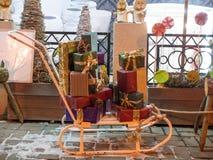 Pferdeschlitten mit den Geschenkboxen, Geschenken und Dekorationen im Freien nahe Gebrauchtwarengeschäft stockfoto