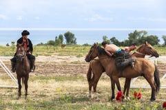 Pferdespiel am Lied Kul See in Kirgisistan Stockbild