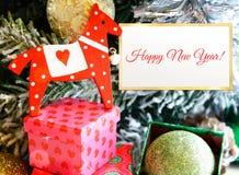 Pferdespielzeug (Jahr) mit Geschenkboxen Lizenzfreie Stockbilder