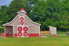 Pferdestall auf einem Hobby-Bauernhof Lizenzfreie Stockfotos