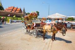 Pferdewagen außerhalb Wat Phra That Lampang Luang-Tempels, Lampang, Thailand lizenzfreie stockfotos