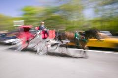 Pferdewagen fährt in Verkehr unten Central Park nach Westen in Manhattan, New York City, NY Lizenzfreie Stockfotos
