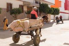 Pferdewagen getragen vom Straßenhändler stockbilder