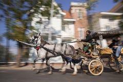 Pferdewagen mit Kutscher und Reisenden Stockbild
