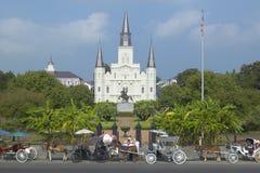 Pferdewagen und Touristen vor Andrew Jackson Statue u. St. Louis Cathedral, Jackson Square in New Orleans, Louisiana Stockbilder