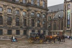 Pferdewagen vor Royal Palace in Dam Square lizenzfreie stockbilder