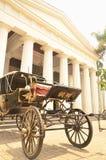 Pferdewagen vor schöner Kunst u. keramischem Museum Jakarta stockfotografie