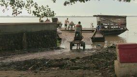 Pferdewarenkorb, Fähre, der Mekong, Kambodscha, Südostasien stock video footage