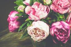 Pfingstrosen-Blumenstrauß im Vase Abbildung der roten Lilie Stockfotografie