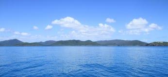 Pfingstsonntagsinseln-blaues Wasser und blauer Himmel mit Wolken Stockfoto