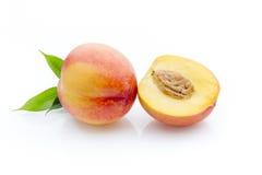 Pfirsich auf dem weißen isolatd Hintergrund Lizenzfreie Stockbilder