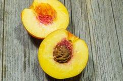 Pfirsich geschnitten zur Hälfte Lizenzfreie Stockfotos