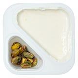 Pfirsich gewürzter griechischer Jogurt mit Pstachio besprüht Stockfoto