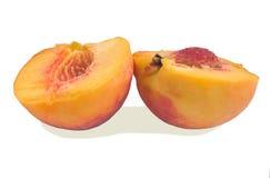 Pfirsich, Hälften auf einem weißen Hintergrund lizenzfreie stockfotos