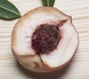 Pfirsich halb mit dem Knochen Pfirsichstein Stockfotos