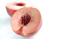 Pfirsich im Hälfteschnitt Stockfotos