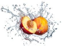 Pfirsich im Spray des Wassers. Lizenzfreies Stockbild