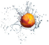 Pfirsich im Wasserspritzen Stockbilder