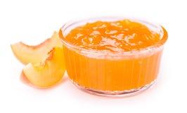 Pfirsich-Marmelade lokalisiert auf weißem Hintergrund stockfotos