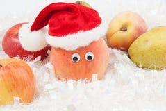 Pfirsich mit Augen und Weihnachtsmann-Hut Stockfoto