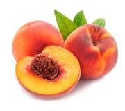 Pfirsich mit Blättern Lizenzfreies Stockbild