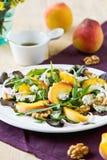 Pfirsich mit Blauschimmelkäse und Rocket-Salat Lizenzfreie Stockfotos