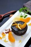 Pfirsich mit Schokolade Lava Cake Lizenzfreie Stockbilder