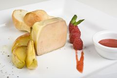 Pfirsich- oder Mangofruchteiscremeeiscremebecher mit Himbeere Lizenzfreie Stockfotografie