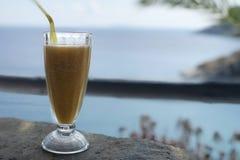 Pfirsich-Saft mit Ansicht des Ägäischen Meers Stockfotografie