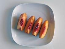 Pfirsich-Scheiben auf einer weißen Platte Stockfotografie
