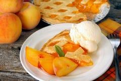 Pfirsich-Torte und Eiscreme Stockfotografie