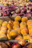 Pfirsich und andere Früchte im Markt lizenzfreie stockfotos