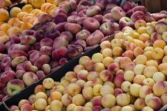 Pfirsich und andere Früchte im Markt lizenzfreie stockbilder
