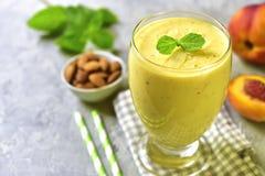 Pfirsich und Banane Smoothie mit Mandel Raum für Text Stockfotos