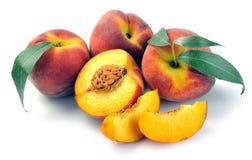 Pfirsich und Blätter Stockfoto