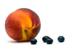 Pfirsich und Blaubeere. Stockfoto
