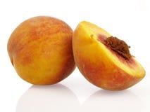 Pfirsich und eine Hälfte Stockfotos